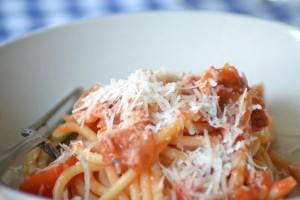 Pasta med tørret svinekæbe, chili og tomat
