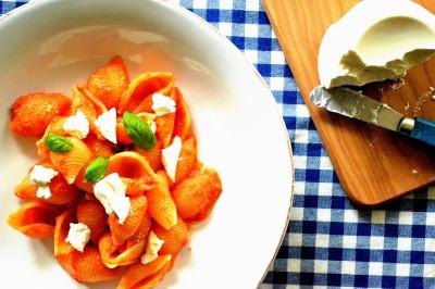 Pasta med frisk tomatsauce og ricotta