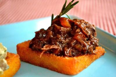 Friteret polenta med oksehaleragù