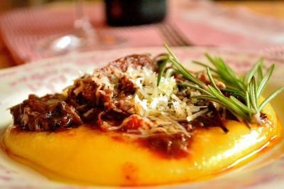 Oksehaleragù med blød polenta