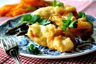 Friterede courgetteblomster med mozzarella og ansjos
