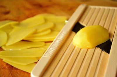 Kartofler skåret på mandolin
