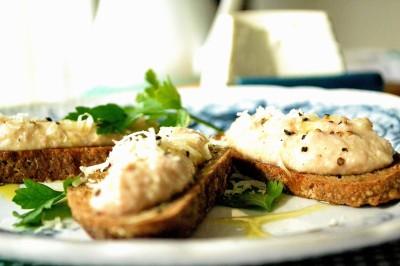 Mortadella-mousse på grillede crostini